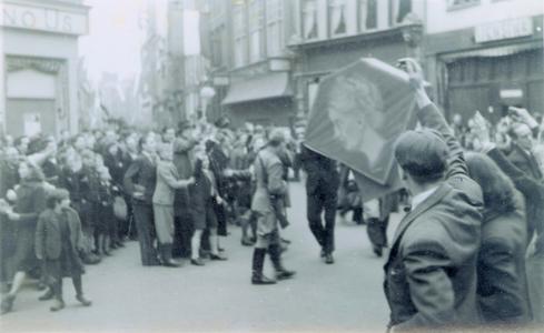 20843 FD028163 Tijdens de bevrijding van Zwolle op 14 april 1945 verzamelden de Canadese strijdkrachten zich met hun ...