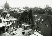 4685 FD001284 Gezicht vanaf het dak van het stadhuis op de uitgebrande panden aan de Bloemendalstraat. De brand vond ...