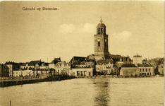 1432 PBKR6095 Zicht op Deventer vanaf de overkant van de IJssel, met de schipbrug en de Grote of Lebuïnuskerk. De ...