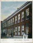 1642 PBKR6125 Ingekleurde prentbriefkaart van het hotel; bij de hoofdingang zo te zien de eigenaar en bij de ...