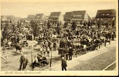 1938 PBKR3895 Veemarkt (geopend 1 mei 1931) gezien naar het noorden, op de voorgrond vee. Bord Stieren prominent ...