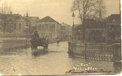 2024 PBKR5596 Hoog water, overstroming, Nieuwe Havenbrug onder water, man met paard en wagen en man op transportfiets ...