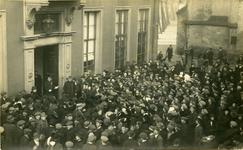 2064 PBKR6193 Proclamatie van de grondwetswijziging van 1917 bij het stadhuis. Voortaan mogen alle mannen ouder dan 23 ...