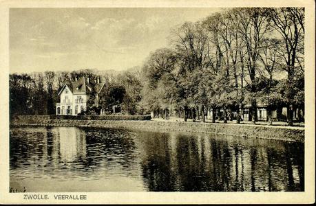 2151 PBKR3933 Gezicht op einde Veerallee vanaf de overzijde van de Willemsvaart. Links villa Spoolderenk, rechts achter ...