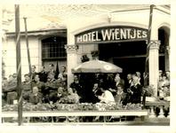2406 PBKR4546 Bezoek prinses Juliana aan Zwolle op 4 en 5 september 1945, op bordes Hotel Wientjes Stationsweg 7, met ...