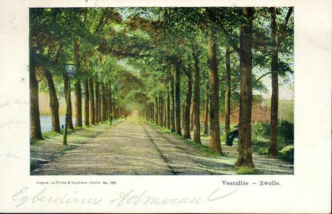 2556 PBKR3978 Veerallee ca. 1905 met tramrails en dubbele bomenrij, links een lantaarnpaal en rechts een bankje waarop ...