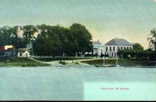 4350 PBKR1961 Ingekleurde prentbriefkaart met gezicht op de aanlegplaats van het Katerveer op de Zwolse oever vanaf de ...