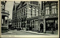 4393 PBKR2545 Gezicht vanaf de Oude Vismarkt op de Nieuwe Markt, ca. 1925. Links is het huis te zien van B. Niks, ...