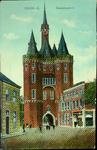 4448 PBKR3107 Ingekleurde prentbriefkaart van de De Sassenpoort, gezien vanaf het Van Nahuysplein. Het hoekpand rechts ...