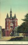 4449 PBKR3108 Ingekleurde prentbriefkaart van de De Sassenpoort, gezien vanaf het Van Nahuysplein. In 1904 is links van ...