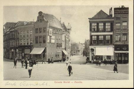 4634 PBKR2607 Gezicht op de Grote Markt vanuit het westen met een kijkje in de Oude Vismarkt, ca. 1915. Vanaf links: ...