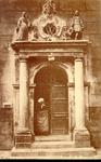 4638 PBKR0313 Broerenstraat 11, ca. 1910.Vrouw in Zwolse klederdracht in het poortje van het voormalige Hervormd ...