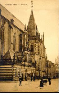 5258 PBKR1574 Het noorderportaal (de hoofdingang) van de Grote Kerk, gelegen aan de zuidzijde van de Grote Markt. Aan ...
