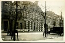 5499 PBKR2212 Gezicht op de zuidzijde van de Melkmarkt op de panden met de nrs. 39-49, ca. 1930. Centraal op de foto ...