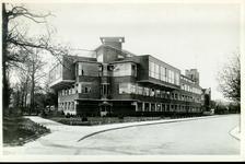 5878 PBKR2850 Rhijnvis Feithlaan, 1946-1950. Gevel van het Sophia Ziekenhuis met de nieuwbouw van 1935, overstekende ...