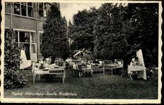 6061 PBKR2866 Rhijnvis Feitlaan, Sophia Ziekenhuis, ca. 1938. Kindertuin. Kinderen in bedden en wiegen in de tuin ...