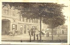 6209 PBKR1749 Gezicht op de panden Harm Smeengekade 15 en 16 en op de vee- of beestenmarkt, 1900. Twee koeien worden ...