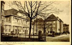 6398 PBKR1220 Het R.K. ziekenhuis aan de Blekerstraat. Helemaal links het oude gedeelte uit 1902 met bovenin een van de ...