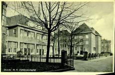 6408 PBKR1229 De uitbreiding uit 1930 van het R.K. Ziekenhuis aan de Blekerstraat, met rechts het zusterhuis. Achter de ...