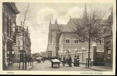 6544 PBKR0112 De Assendorperstraat met rechts het Dominicanenklooster en kerk. Op de voorgrond mannen met handkarren. ...