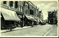 6597 PBKR0703 Zicht in de Diezerstraat, op de achtergrond bioscoop De Kroon, ca. 1930. Links de winkel van C. G. ...