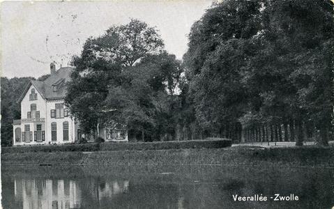6705 PBKR2426 Villa Spoolderenk aan het eind van de Veerallee, gezien vanaf de overzijde van de Willemsvaart. De villa ...