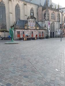 27 Leeg terras bij De Hoofdwacht op de Grote Markt in Zwolle, 26-03-2020