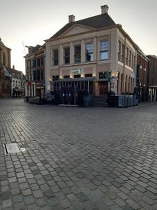 28 Leeg terras bij Stadscafé Blij in het gebouw De Harmonie op de Grote Markt in Zwolle, 26-03-2020