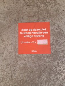 575 Sticker op de vloer in de foodcounter van HEMA aan de Diezerstraat in Zwolle waarop wordt aangegeven dat 1,5 meter ...