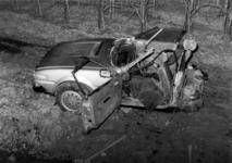 90772 Afbeelding van de voorste helft van een verongelukte auto langs de Europaweg te Vleuten (gemeente Vleuten-De ...