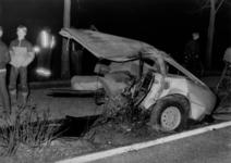 90773 Afbeelding van de achterste helft van een verongelukte auto langs de Europaweg te Vleuten (gemeente Vleuten-De ...