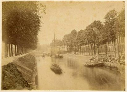 122283 Gezicht op de Stadsbuitengracht te Utrecht met rechts de Rijnkade en op de achtergrond de restanten van het ...