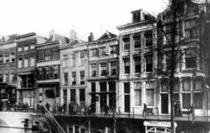 52827 Gezicht op de voorgevels van de winkelwoonhuizen Oudegracht 196 (rechts)-lager te Utrecht.
