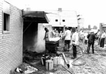 90623 Afbeelding van het blussen van een tijdens dakwerkzaamheden in brand geraakte schuur in de in aanbouw zijnde wijk ...