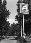 154545 Gezicht op de P+R-parkeerplaats bij het N.S.-station Den Haag Mariahoeve te Den Haag.