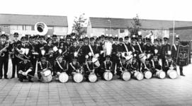 91722 Groepsportret van de leden van de muziekvereniging De Bazuin bij de Centrumlaan te De Meern (gemeente Vleuten-De ...