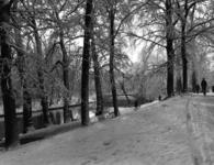 83375 Gezicht op het besneeuwde Hieronymusplantsoen en de Stadsbuitengracht te Utrecht vanuit het noorden.