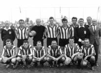 91576 Groepsportret van een elftal van de voetbalvereniging P.V.C.V. tijdens de officiële opening van het sportpark ...