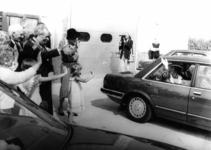 91077 Afbeelding van Koningin Beatrix bij vertrek van de potplantenkwekerij van de familie Den Hollander aan de ...