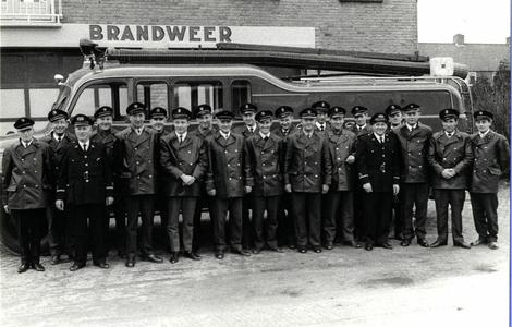 90568 Groepsportret van de leden van de vrijwillige brandweer van De Meern (gemeente Vleuten-De Meern) bij de ...