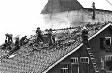 90757 Afbeelding van het blussen van een brand in een veeschuur bij de boerderij Thematerweg 24 te Vleuten (gemeente ...