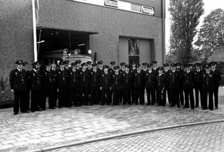 90664 Groepsportret van het korps van de vrijwillige brandweer van Vleuten en Haarzuilens bij de brandweerkazerne (Den ...