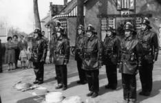 90698 Afbeelding van leden van het korps van de vrijwillige brandweer Vleuten tijdens de deelname aan de ...