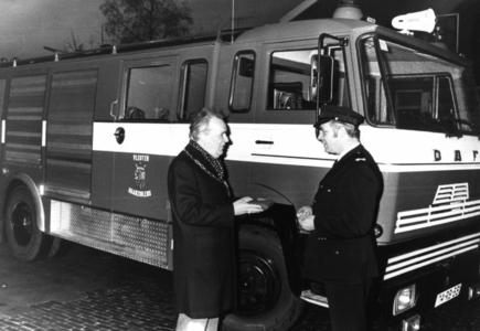 90695 Afbeelding van de overhandiging van de sleutels van de nieuwe tankautospuit van de vrijwillige brandweer van ...