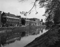 69748 Gezicht over de Stadsbuitengracht op de bebouwing aan de Rijnkade te Utrecht, met rechts de Willemsbrug, vanaf de ...
