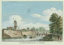 36372 Gezicht vanaf de singel over de stadsbuitengracht te Utrecht op het bastion Sterrenburg en de molen op de ...