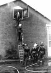 90759 Afbeelding van het blussen van het in brand geraakte isolatiemateriaal in een koelhuis van het koelbedrijf Oskam ...