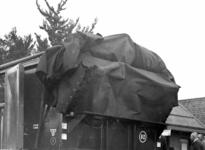 163614 Afbeelding van het aanbrengen van het dekzijl van de 30-tons goederenwagen nr. 40001 van de N.S. op het ...