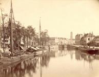 122475 Gezicht op de Stadsbuitengracht te Utrecht met links de Bemuurde Weerd O.Z. en op de achtergrond de Zandbrug ...