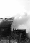 90751 Afbeelding van het blussen van een in brand geraakte schuur op het terrein van de veevoederhandel Fokker ...